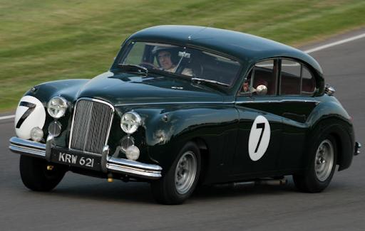 Ретро автомобил на състезание